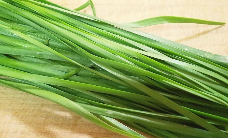 Свежий салат с зеленым чесноком