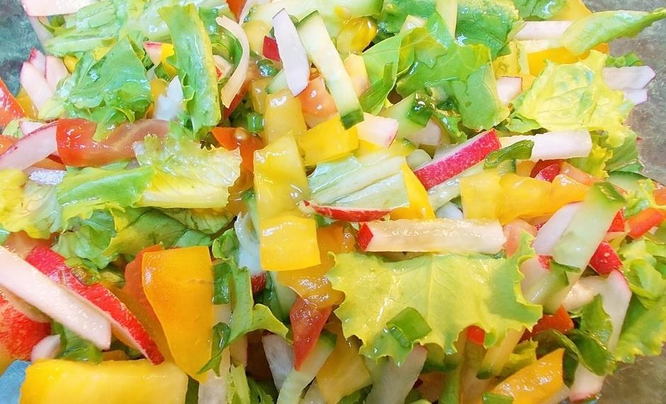 Салат из свежих овощей с сухариками
