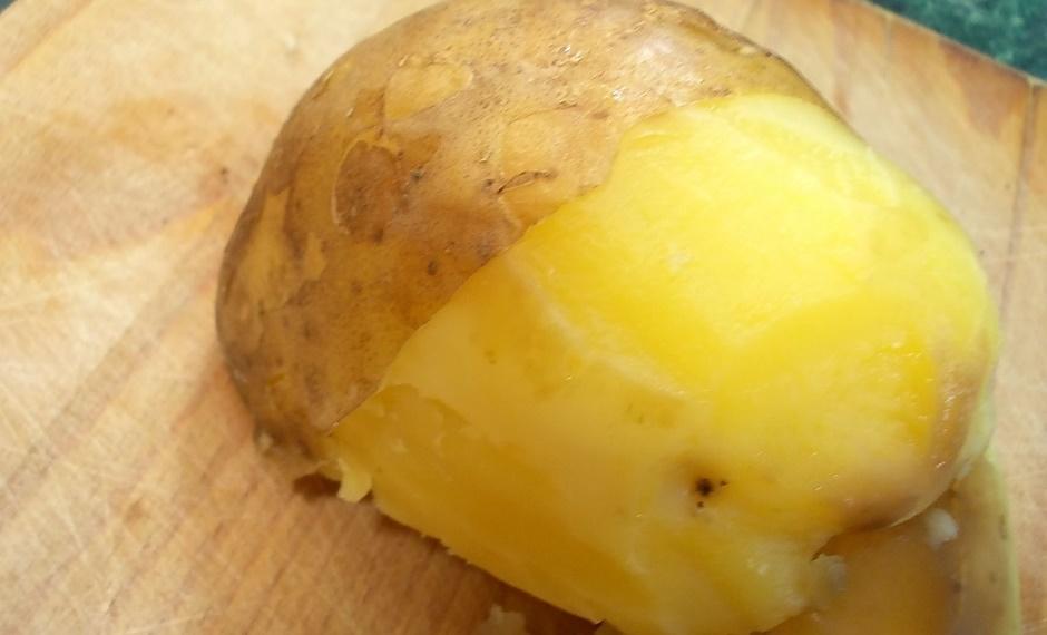 Картофель печеный с маслом и сыром