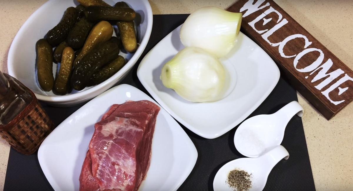 Фото мясо, соленые огурцы, лук, соль, перец