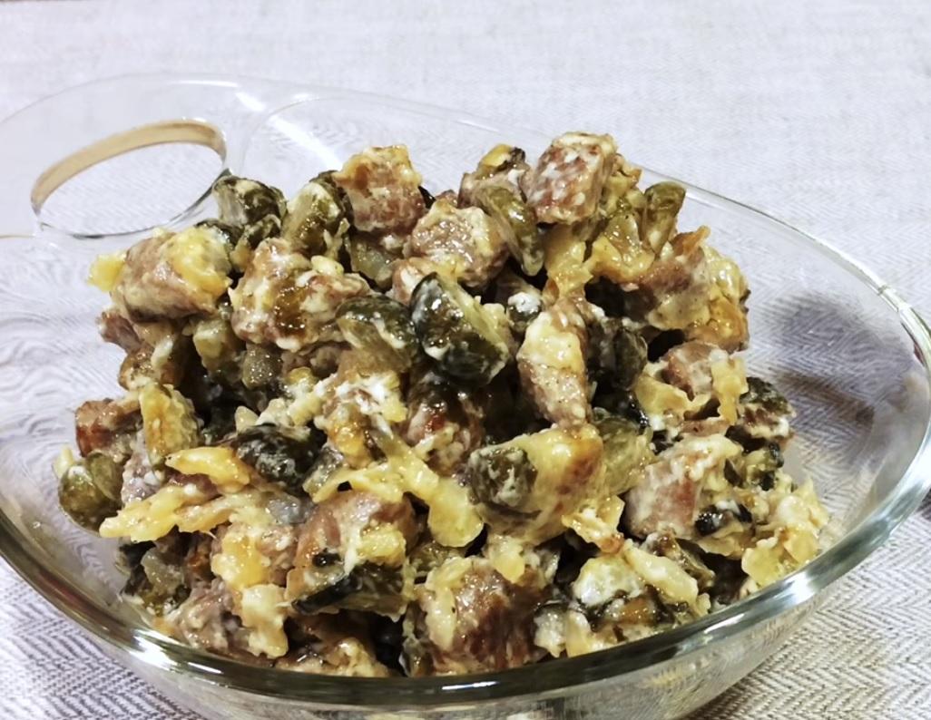 Салат из мяса и солёных огурцов.