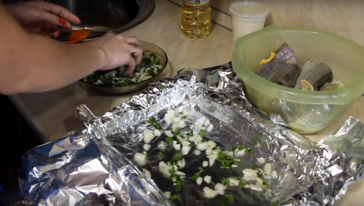 Фото кладем смесь лука и петрушки на противень смазанный маслом